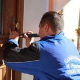 Türöffnung ohne Beschädigung - Mario Pichelmaier an einer Haustür in München